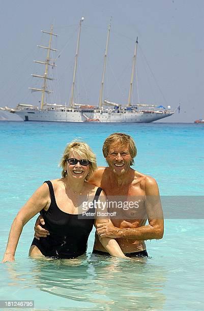 Horst Janson Ehefrau Hella neben den Dreharbeiten zur ARDReihe Unter weißen Segeln Folge 6 Träume am Horizont alter Titel Am Wind ins Glück Bucht vor...