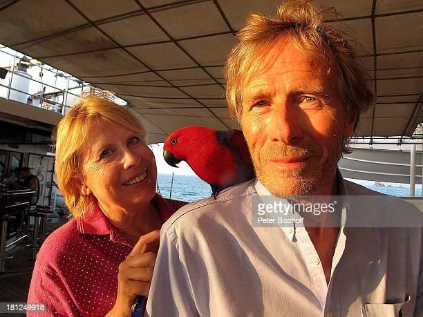 Horst Janson Ehefrau Hella SchiffsPapagei neben den Dreharbeiten zur ARDReihe Unter weißen Segeln Folge 6 Träume am Horizont alter Titel Am Wind ins...