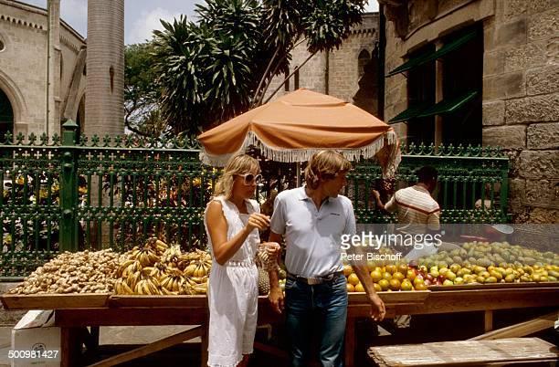 Horst Janson Ehefrau Hella Stadbummel Obst und Gemüsemarkt Bridgetown Barbados Karibik Urlaub Flitterwochen Hochzeitsreise Obst Bananen Ingwer Äpfel...