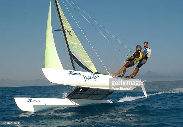 Horst Janson Michael Schulte Sarigerme/Türkei/Europa Club Aldiana Türkische Ägäis Urlaub Meer Schauspieler Catamaran segeln Schwimmweste...