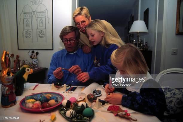Horst Janson mit Ehefrau Hella TöchterSarahJane und LauraMaria HomestoryOsterReportage Ostern Ostereier