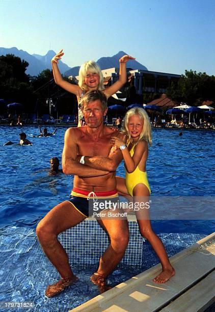 Horst Janson mit Ehefrau Hella und Tochter im SwimmingPool des Club AldianaMilta Antalya Türkei Europa privat Sommerurlaub Urlaubbaden Kind Kinder...