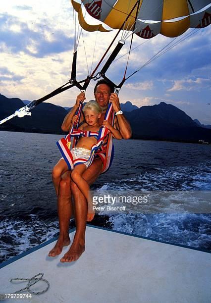 Horst Janson mit Tochter beim FallschirmSegeln Antalya Türkei Europa privat Sommerurlaub Urlaub Wasser Meer Sport Kind Familie Schauspieler Promis...