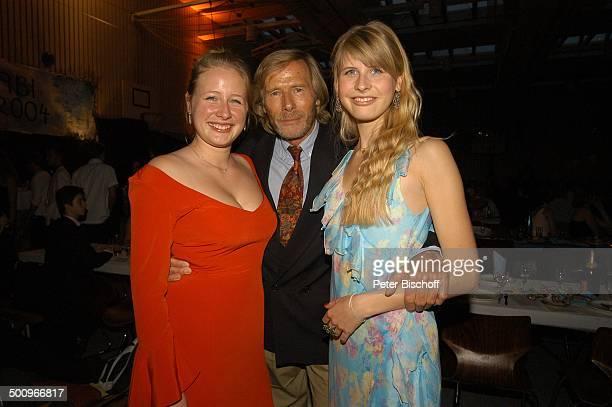 Horst Janson Tochter SarahJane Janson Tochter Laura 'AbiBall 2004' München 19 062004 'Gymnasium Oberhaching' Aula umarmen Dekollete Vater...