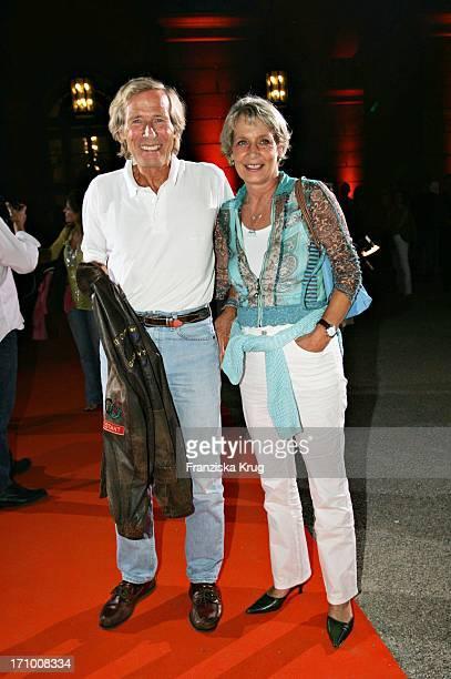 Horst Janson Und Eine Gute Bekannte Gariele Schumacher Bei Der Gabriele Blachnik Modenschau Der Herbst Winter 2005/2006 Kollektion In Der Kassenhalle...