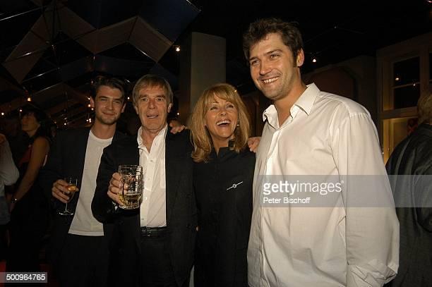 """Horst Jüssen , Sohn Don-David Jüssen Ehefrau Lena Valaitis ,Stief-Sohn Marco Jüssen, , Premierenfeier nach Theater-Premiere """"Die Klimbim-Familie..."""