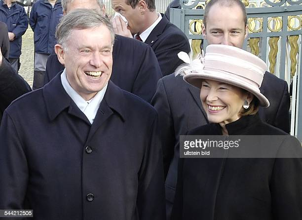 Horst Koehler, Bundespraesident, CDU, D - mit Ehefrau Eva Luise vor dem Schloss Charlottenburg in Berlin in Erwartung der englischen Königin