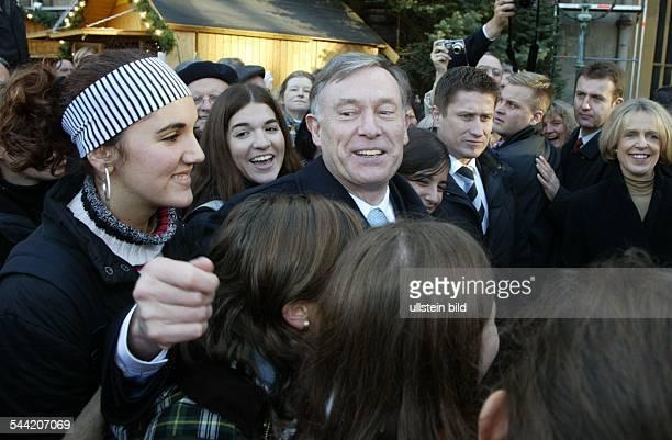 Horst Koehler Bundespraesident CDU D zu Besuch in Bonn Gespraech mit Jugendlichen rechts die Oberbürgermeisterin von Bonn Bärbel Dieckmann