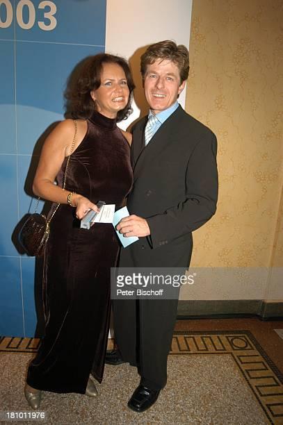 """Horst Kummeth, Ehefrau Eva Kummeth, Gala zur Verleihung """"Bayerischer Fernsehpreis 2003"""", München, , """"Prinzregententheater"""", Foyer, Schauspieler,..."""