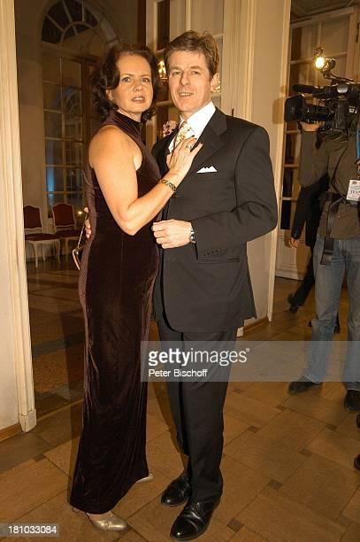 "Horst Kummeth, Ehefrau Eva Kummeth , Verleihung ""25. Bayerischer Filmpreis 2003"", München, , ""Cuvilles Theater"", Foyer, Schauspieler, Promis,..."