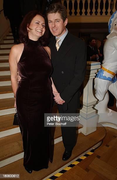 Horst Kummeth Ehefrau Eva Kummeth Verleihung Bayrischer Filmpreis 2002 München CuvilliŽsTheater Foyer umarmen