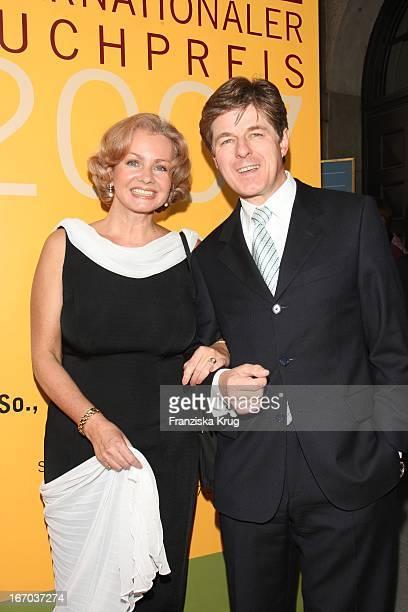 Horst Kummeth Und Ehefrau Eva Bei Der Verleihung Des Corine Buchpreis Im Prinzregententheater In München .