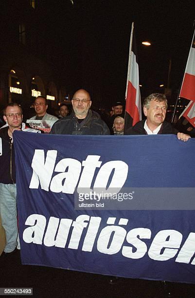 Horst Mahler und Udo Voigt während einer Demonstration gegen den US-militärschlag gegen Afghanistan in Berlin