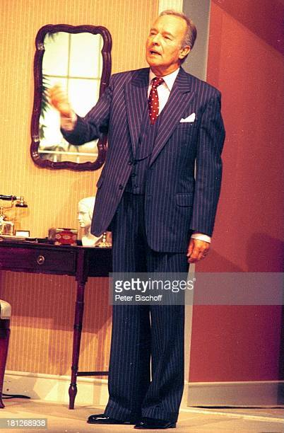 Horst Naumann Sommerset MaughamKomödie Finden Sie daß Constance sich richtig verhält 171095 Deutschland Bühne Auftritt Theater Anzug Krawatte Schlips...