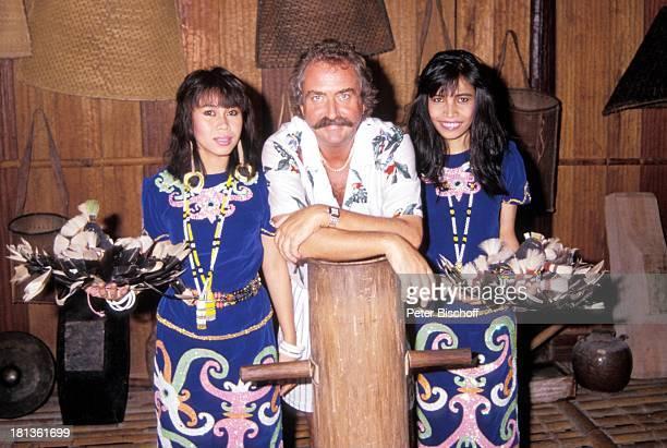 Horst Schäfer malayische Tänzerinnen PRO 7 Serie Glückliche Reise Folge 3 Singapur/Borneo Kuching Malaysia Asien Schnurrbart Baumstamm Kostüme Federn...