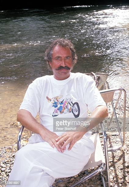 Horst Schäfer PRO 7 Serie Glückliche Reise Folge 3 Singapur/Borneo Kuching Malaysia Asien Schnurrbart Fluss Urlaub Armbanduhr Stuhl Schauspieler HD/DB