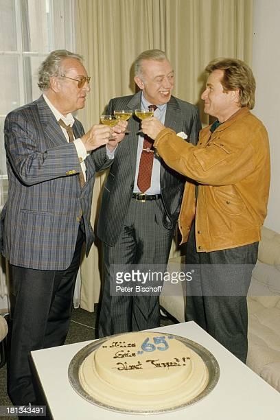 Horst Tappert Helmut Ringelmann Fritz Wepper VorabGeburtstagsfeier Geburtstagstorte zum 65 Geburtstag neben den Dreharbeiten zur ZDFSerie Derrick...