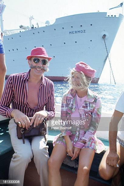 Horst Tappert Monika Lundi Barkasse am Rande der Dreharbeiten zum KinoFilm Der Kapitän vor Mykonos Griechenland Europa †berfahrt zum Schiff MS Mermoz...