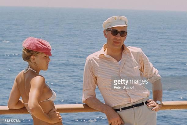 Horst Tappert Monika Lundi neben den Dreharbeiten zum KinoFilm Der Kapitän an Bord Schiff MS Mermoz Mittelmeer Europa an Deck Bikini Reling Meer...
