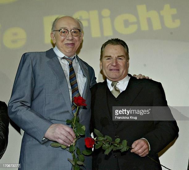 """Horst Tappert Und Fritz Wepper Auf Der Bühne Bei Der """"Derrick"""" Premiere Im Gloria Kino In München Am 250304"""