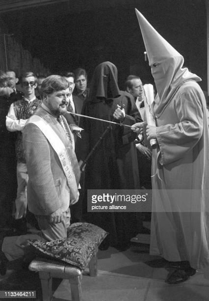 Horst Wendlandt wird von einem Mönch mit der Peitsche zum Ritter geschlagen in der Mitte der Schwarze Mönch Zum Abschluss der Dreharbeiten zum 25...