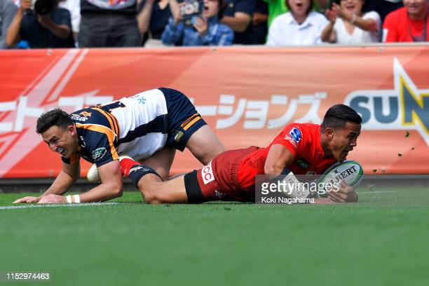 Hosea Saumaki of the Sunwolves scores his side's first try during the Super Rugby match between Sunwolves and Brumbies at the Prince Chichibu...