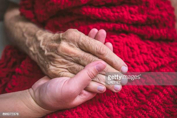 Hospice verpleegkundige een bezoek aan een oudere mannelijke patiënt