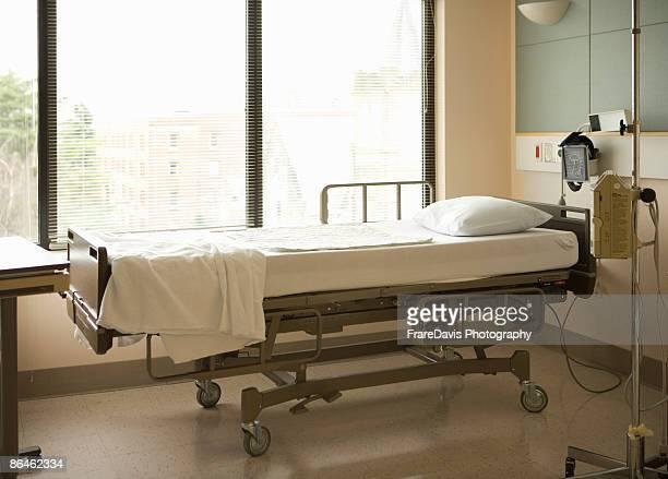 hospital bed - chambre hopital photos et images de collection