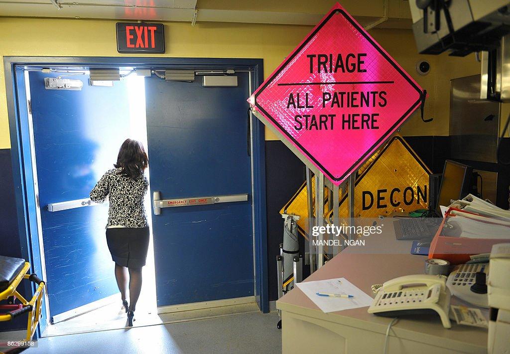 A hospital employee exits the ready room : Nachrichtenfoto