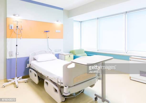 hôpital chambre avec lits confortables équipés et medical - chambre hopital photos et images de collection
