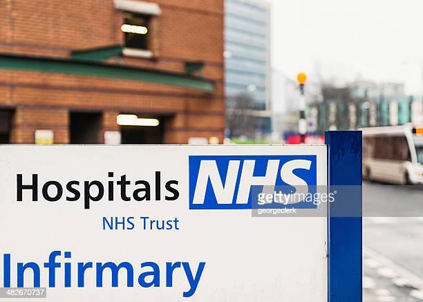 nhs hospital señal - leeds city centre fotografías e imágenes de stock