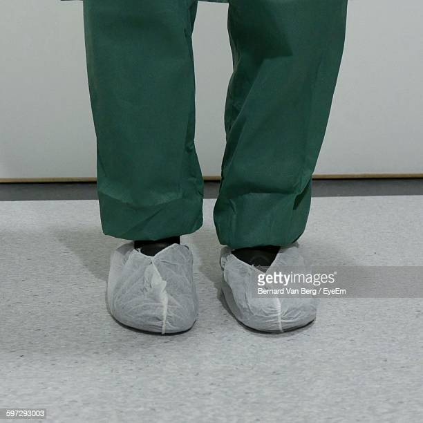 hospital surgeon wearing shoe protectors - shoe covers stock pictures, royalty-free photos & images