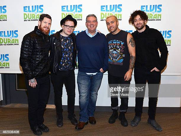 ¿Cuánto mide Craig Mabbitt? - Altura - Real height Host-elvis-duran-with-andy-hurley-patrick-stump-pete-wentz-and-joe-picture-id462006408?s=612x612