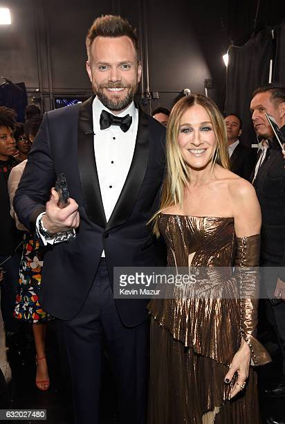 Host Joel McHale and actress Sarah Jessica Parker backstage at the People's Choice Awards 2017 at Microsoft Theater on January 18 2017 in Los Angeles...