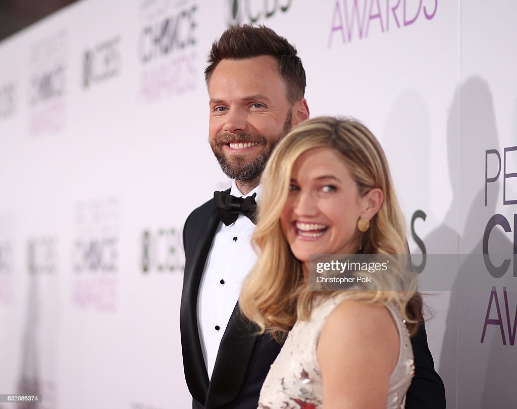 Host Joel McHale (L) and Sarah Williams attend the People's Choice Awards 2017 at Microsoft Theater on January 18, 2017 in Los Angeles, California.
