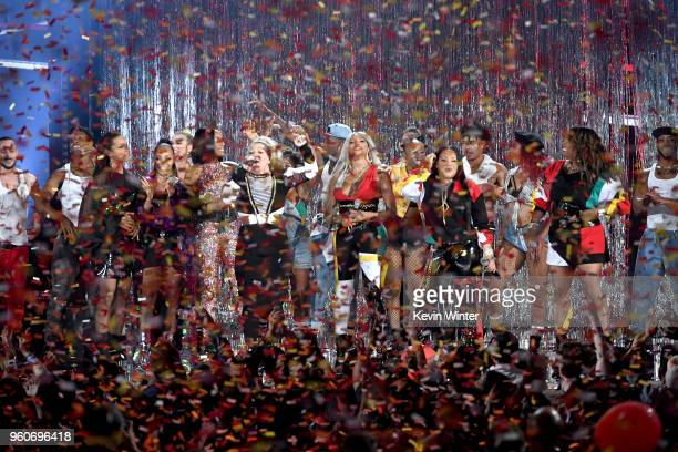 Host Kelly Clarkson and music groups En Vogue and SaltNPepa perform onstage during the 2018 Billboard Music Awards at MGM Grand Garden Arena on May...