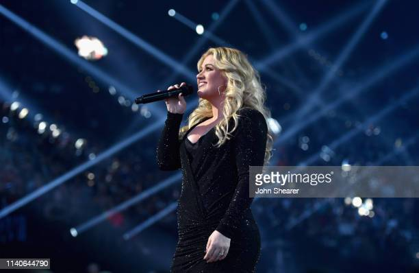 Host Kelly Clarkson performs onstage during the 2019 Billboard Music Awards at MGM Grand Garden Arena on May 1 2019 in Las Vegas Nevada