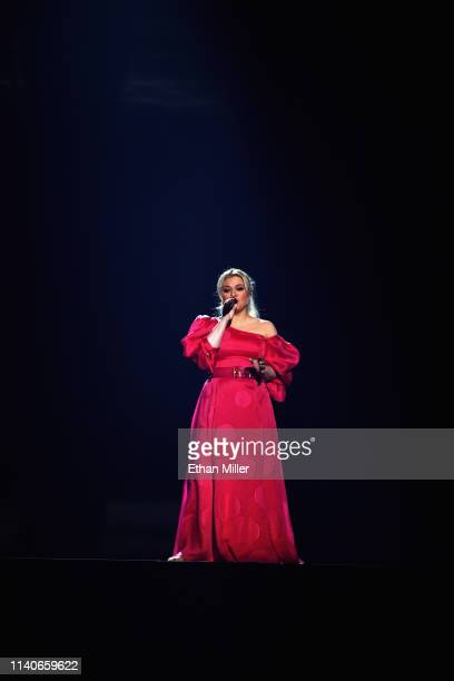 Host Kelly Clarkson performs onstage during the 2019 Billboard Music Awards at MGM Grand Garden Arena on May 1, 2019 in Las Vegas, Nevada.