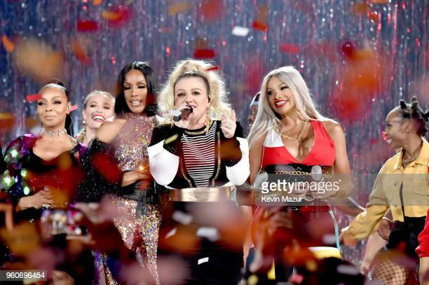 Host Kelly Clarkson performs with recording artists Terry Ellis and Cindy Herron of musical group En Vogue and Cheryl James of musical group...