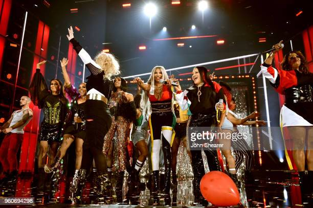 Host Kelly Clarkson with recording artists Cindy Herron Terry Ellis and Rhona Bennett of musical group En VogueSandra Denton and Cheryl James of...