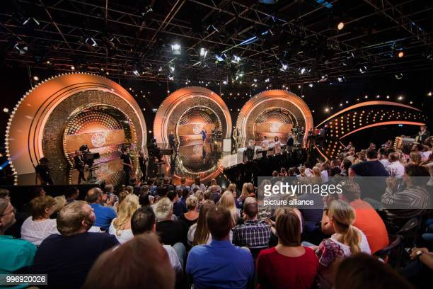 Host Wolfram Kons and candidates stand on stage during the recording of the RTL game show 'Der Preis ist heiss'in Cologne Germany 17 July 2017 The...