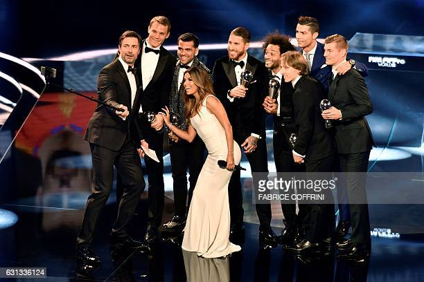 Hosts Marco Schreyl and cohost and US actress Eva Longoria pose with FC Bayern Munich and Germany's goalkeeper Manuel Neuer Juventus FC and Brazil's...