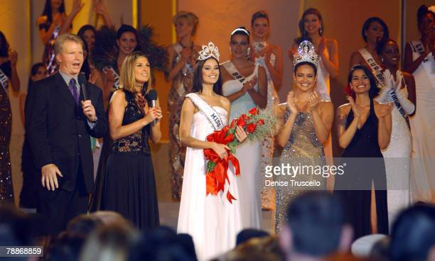 Hosts Phil Simms and Daisy Fuentes with winner of Miss Universe 2002 Russian Oxana Fedorova and Miss Universe of 2001 Puerto Rican Denise Quiones