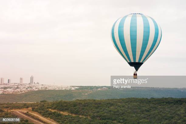 a hot air ballon color blue - hot air balloon stock pictures, royalty-free photos & images