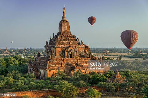 hot air balloon floating above temples of bagan - 仏教 ストックフォトと画像