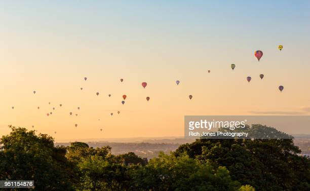hot air balloon in sky at sunrise - balloon fiesta stock pictures, royalty-free photos & images