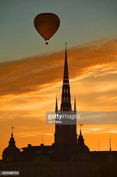 hot air balloon over riddarholmskyrkan - iglesia de riddarholmen fotografías e imágenes de stock