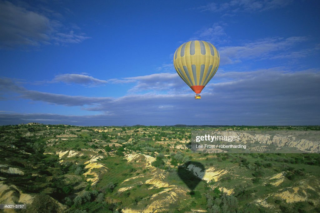 Hot air ballooning above Cappadocian landscape, Cappadocia, Anatolia, Turkey, Asia Minor, Asia : Stockfoto