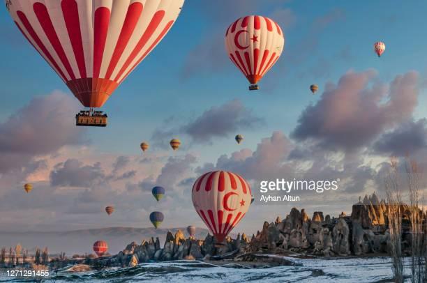 hot air ballooning in cappadocia, nevsehir,turkey - opstijgen activiteit stockfoto's en -beelden