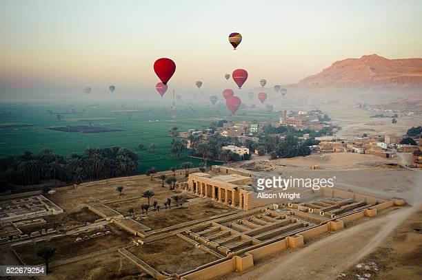 hot air ballooning - ägypten stock-fotos und bilder